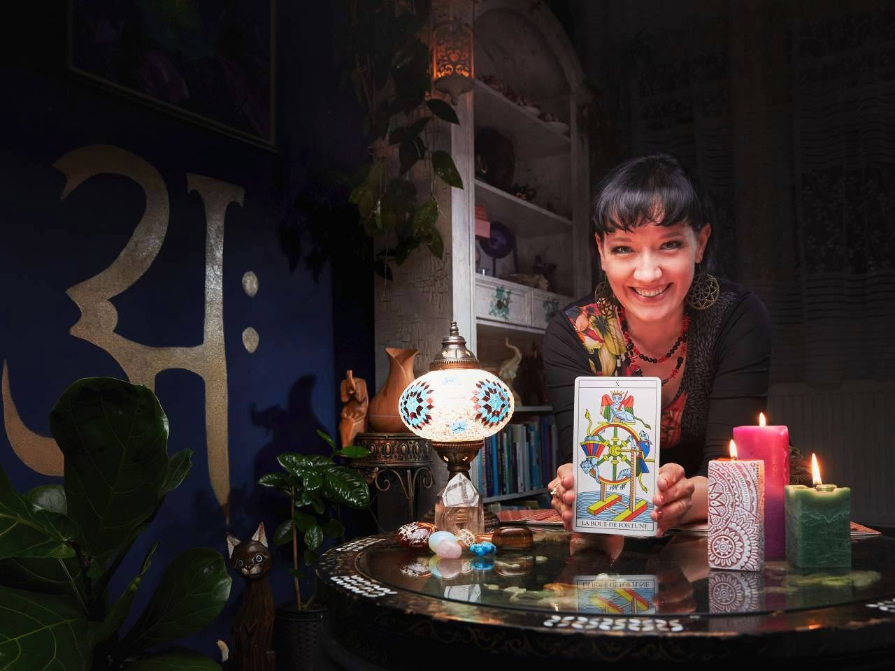 Gabriela Kořínková při práci s výkladem karet. Pomůže i díky terapiím metodou SRT nebo SpR. Pomáhá i přes online konzultace