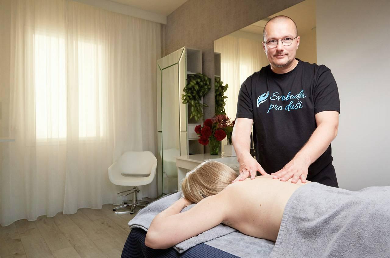 Petr Kořínek - při masáži. Dále se zabývá terapiemi SRT, SpR a MER. Pomáhá i přes online konzultace